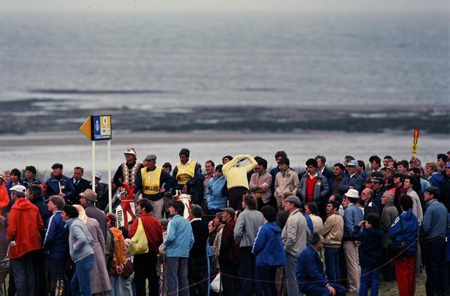 画像: 1982年全英オープンにて、大勢のギャラリーに囲まれながらショットを放つバレステロス