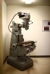 画像: PING本社の入口に展示してあるミリングマシン。PINGの発展に大きく寄与した