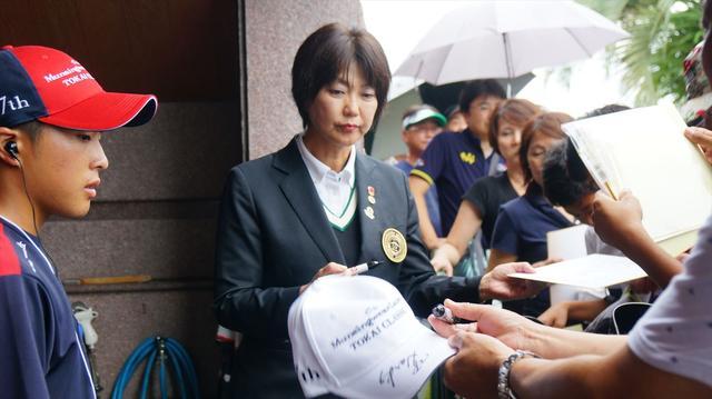 画像: 小林会長! あちこちで声をかけられて人気だとは思っていましたが、サイン待ちの行列まで…。