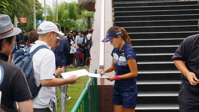 画像1: 女子プロのサインをもらう裏ワザは?