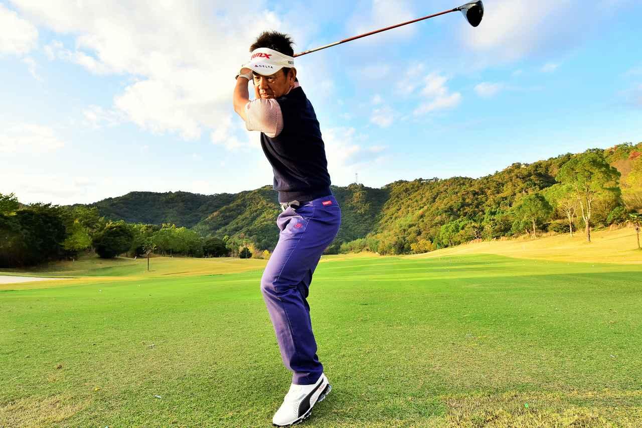 画像: 左足を上げて、右に体重を乗せる