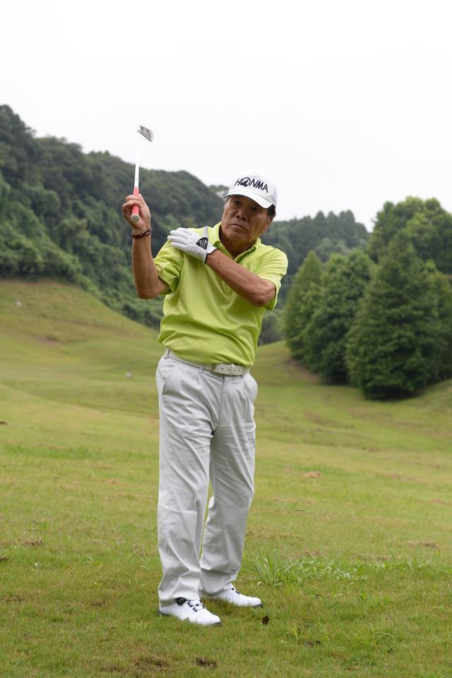 画像: トップで手は右肩の上