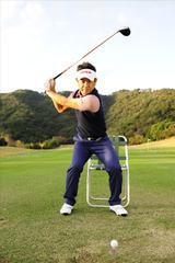 画像: ダウンスウィングで腰をかけるぐらい左足を踏み込む