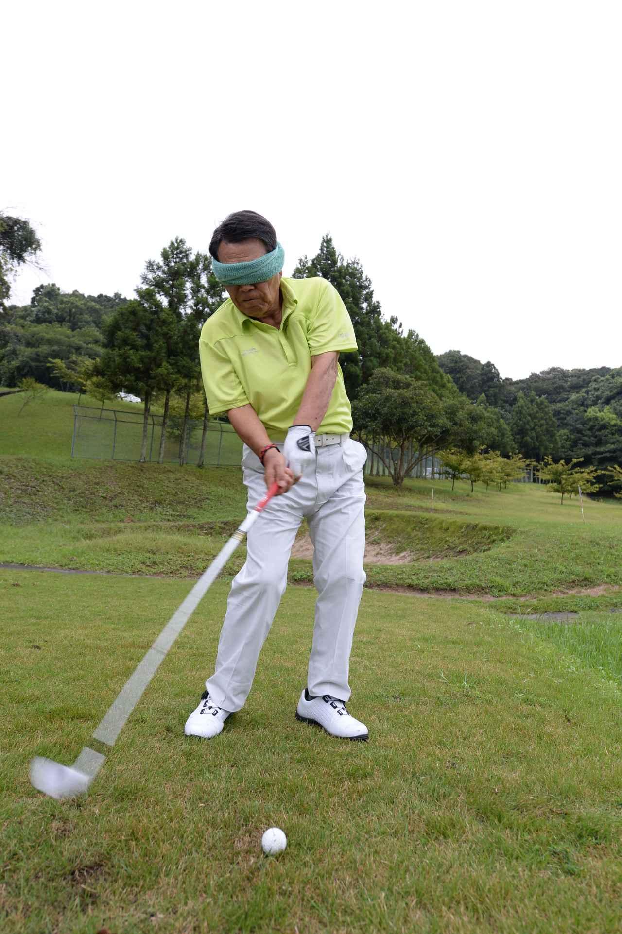 画像: ボールへの意識を薄くすることで、腕のターンがしやすくなる