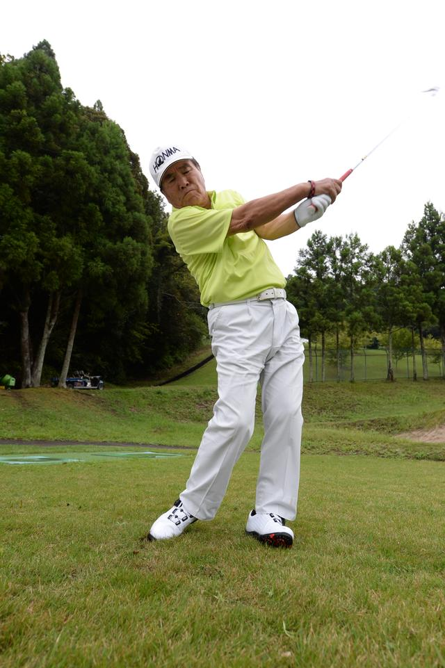 画像: インパクト以降は、右ひざがボールを追いかける