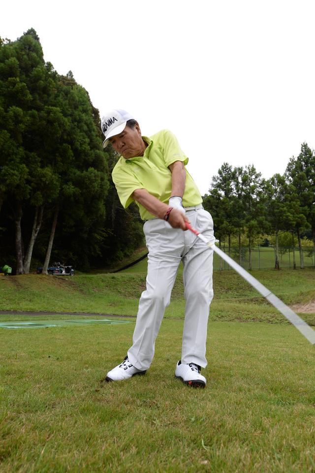 画像: ボールの右側を見続けて、頭を残す