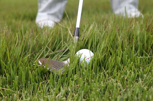 画像: ロフトがあるクラブは、ないクラブに比べて芝の抵抗は少ないが、それだけ精度が求められるので難しい