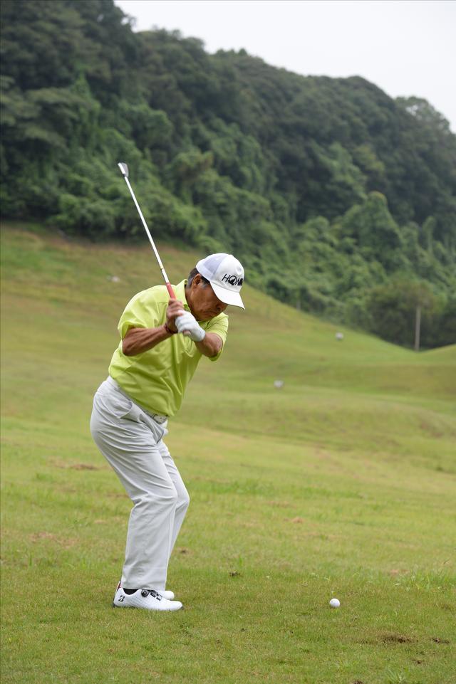 画像: ダウンスウィングで右ひじを右腰に寄せる