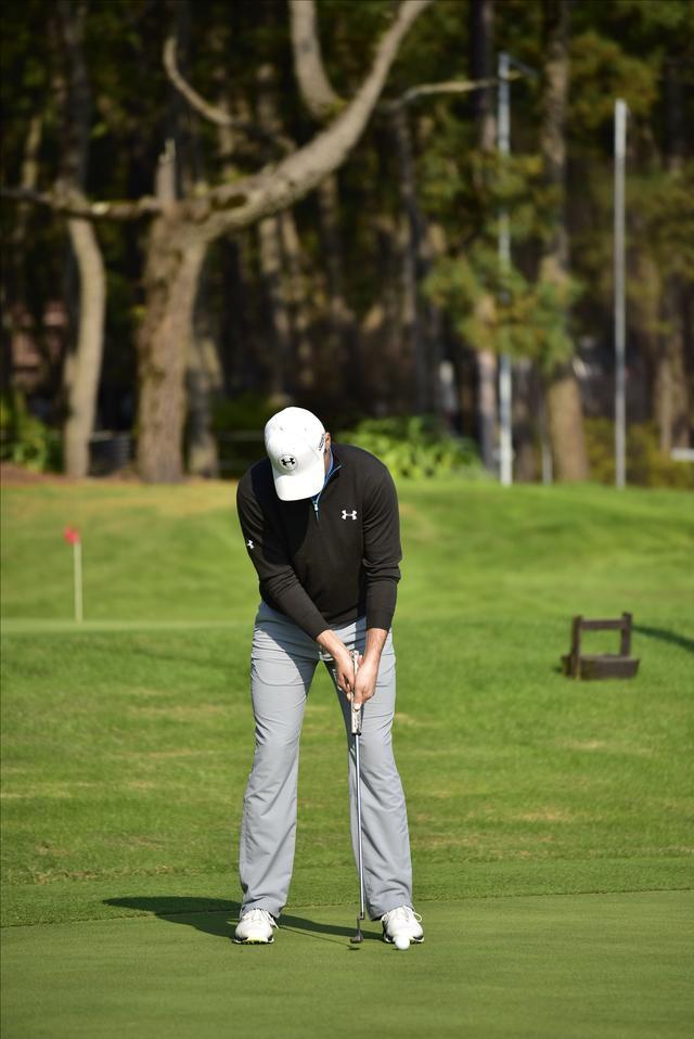 画像2: 現代のパット名手ジョーダン・スピースも、クロスハンドグリップで手首をロックしたストロークで打っている