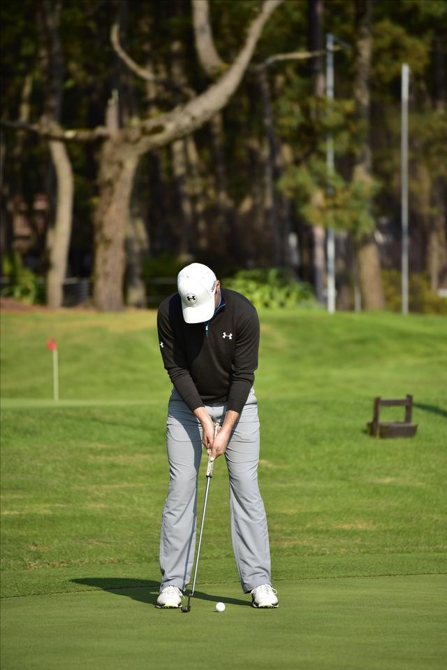 画像1: 現代のパット名手ジョーダン・スピースも、クロスハンドグリップで手首をロックしたストロークで打っている
