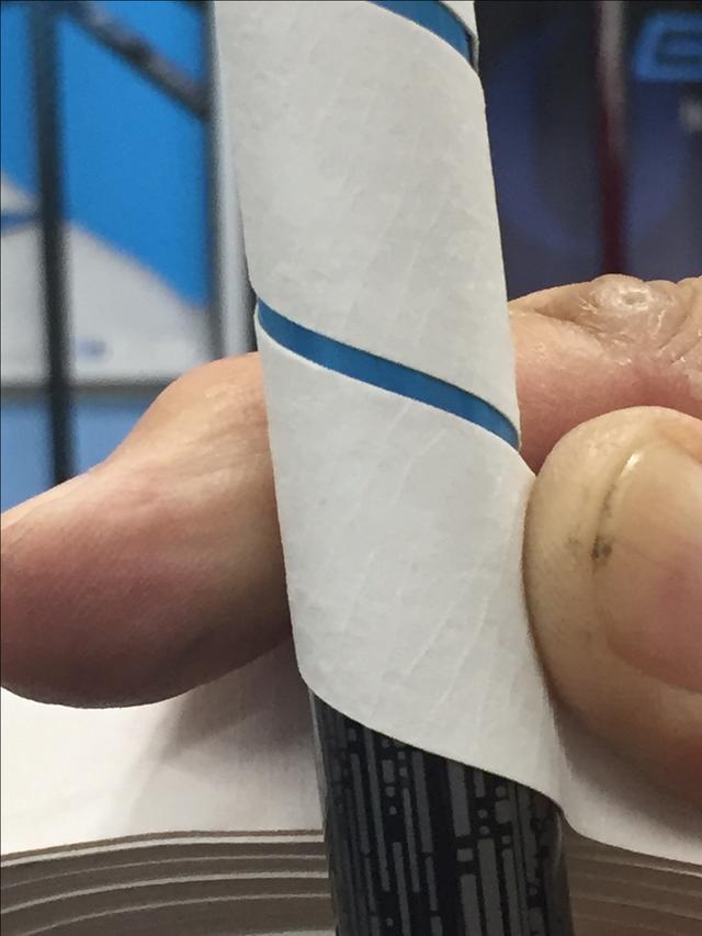 画像: 大野さんはシャフトのバット側(手元側)から巻いていく。その際、テープの上側を押さえるようにしながら巻くときれいに巻ける