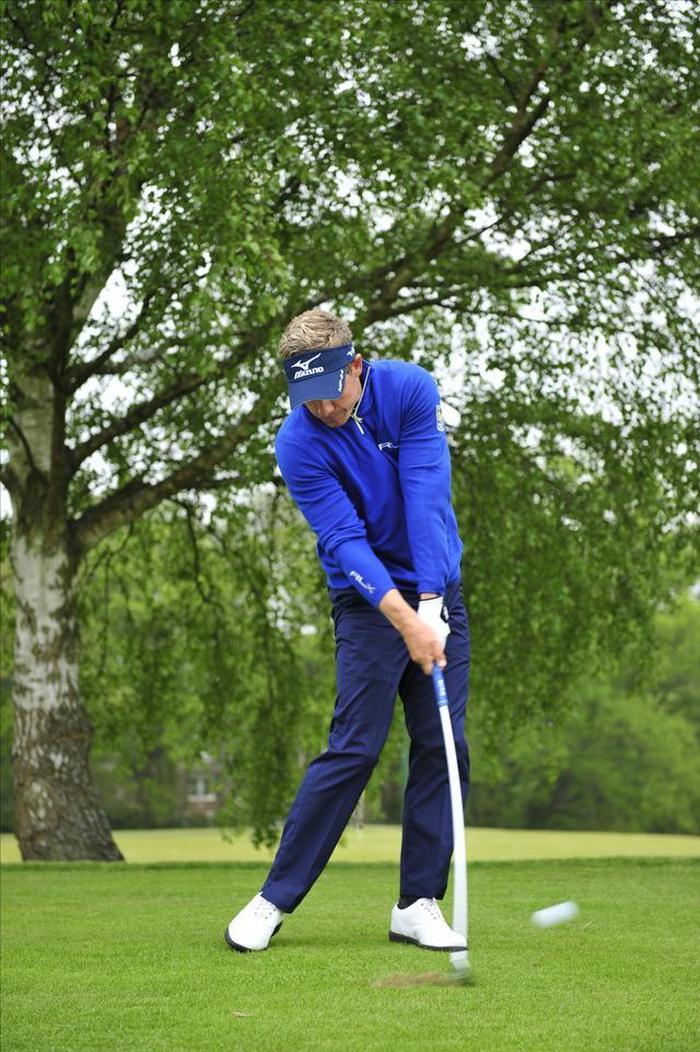 画像: 体と腕をリンクさせてインパクトに集中。ロフトなりに球が飛んでいってくれる。