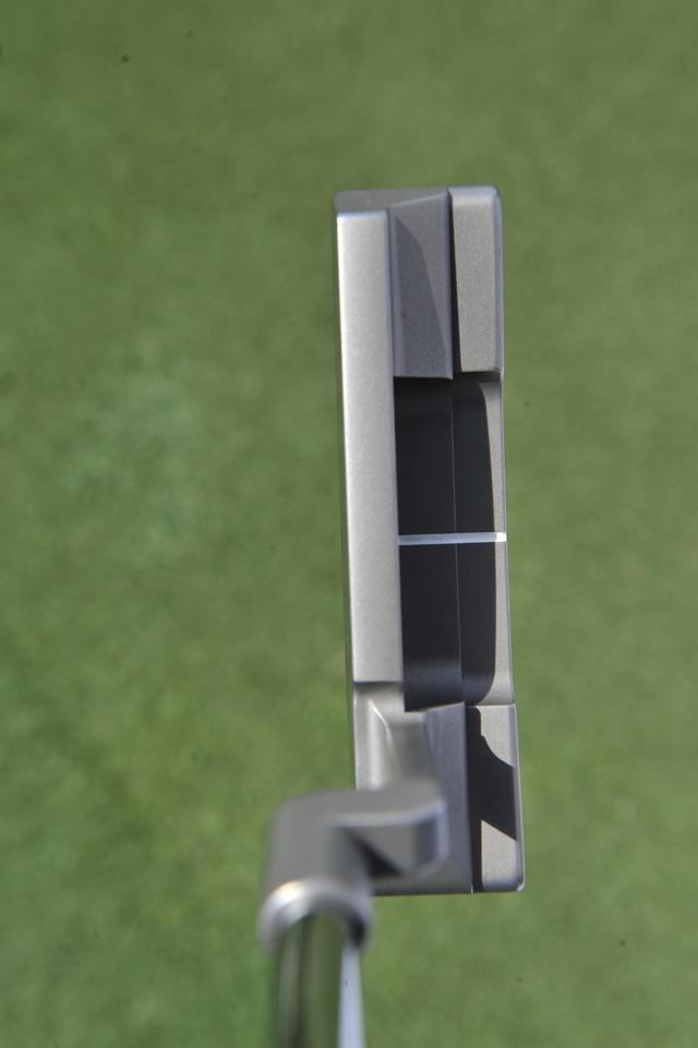 """画像: リッキー・ファウラーの実使用モデル「ニューポート タイムレス プロトタイプ」。四角く低い印象を与えるヘッド形状の""""アンサー2""""型"""
