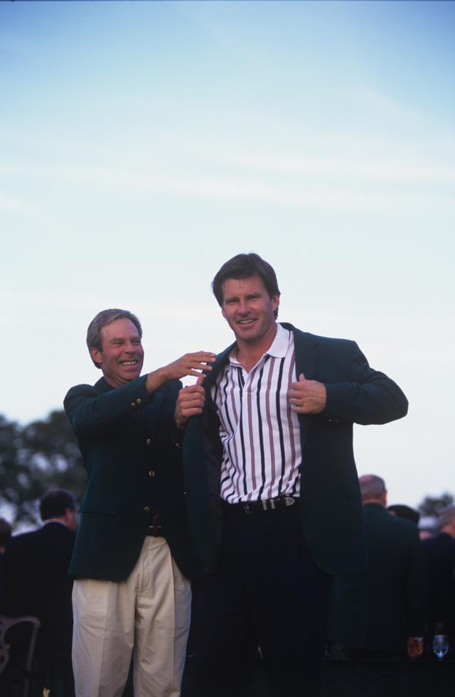 画像: 96年 マスターズ 前年王者のベン・クレンショーからグリーンジャケットを着せてもらうファルド