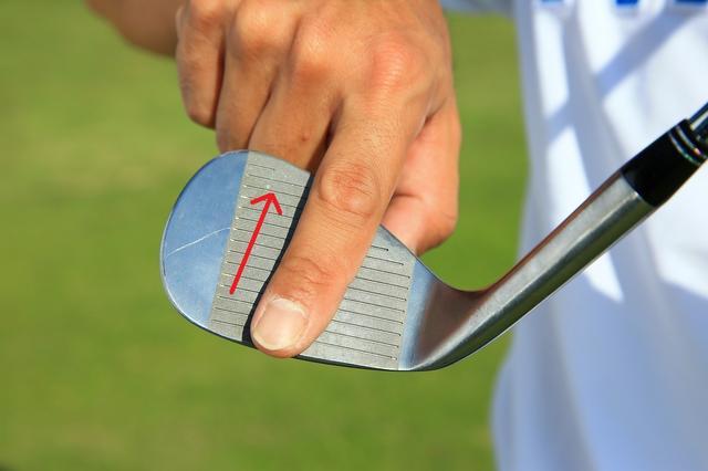 画像: 真ん中からヒールにフェースを斜めに使う