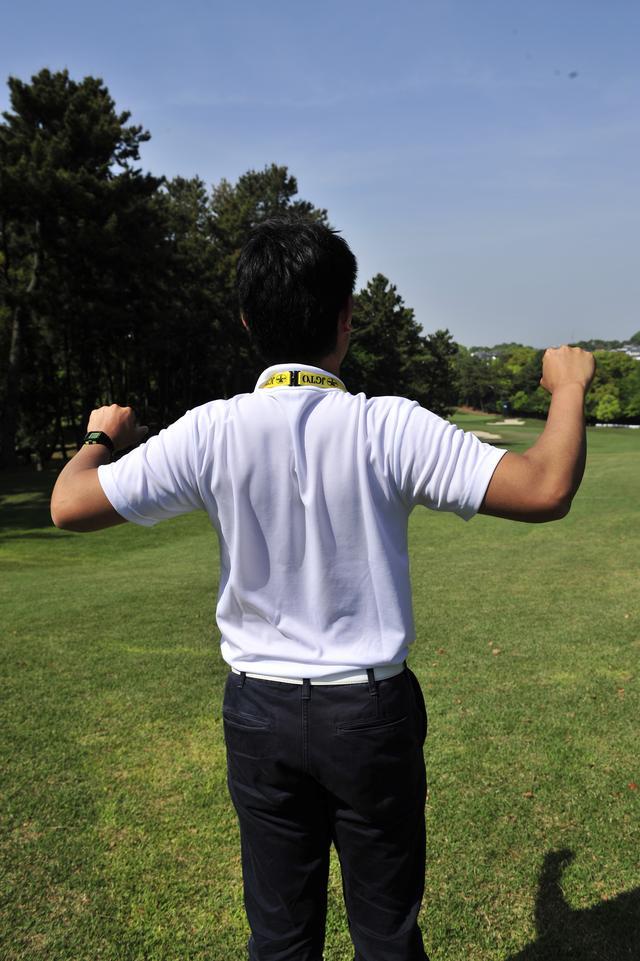 画像: 肩甲骨を互いに引き寄せる