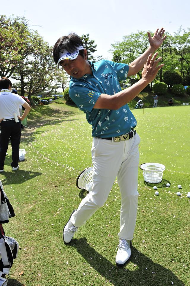 画像: 深堀圭一郎プロ 左の耳を目標に向ける