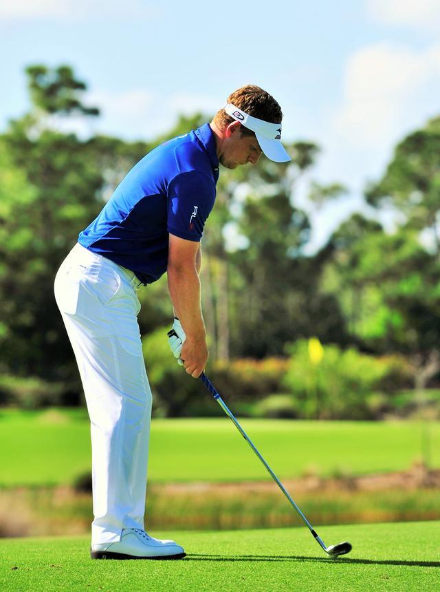 画像: 肩、腰、ひざのラインが飛球線方向に対して平行になるように
