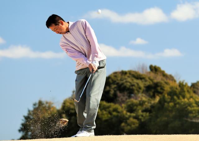 画像: 薄芝からでもスピンで寄せる! 渡辺司の「卓球」アプローチ - みんなのゴルフダイジェスト