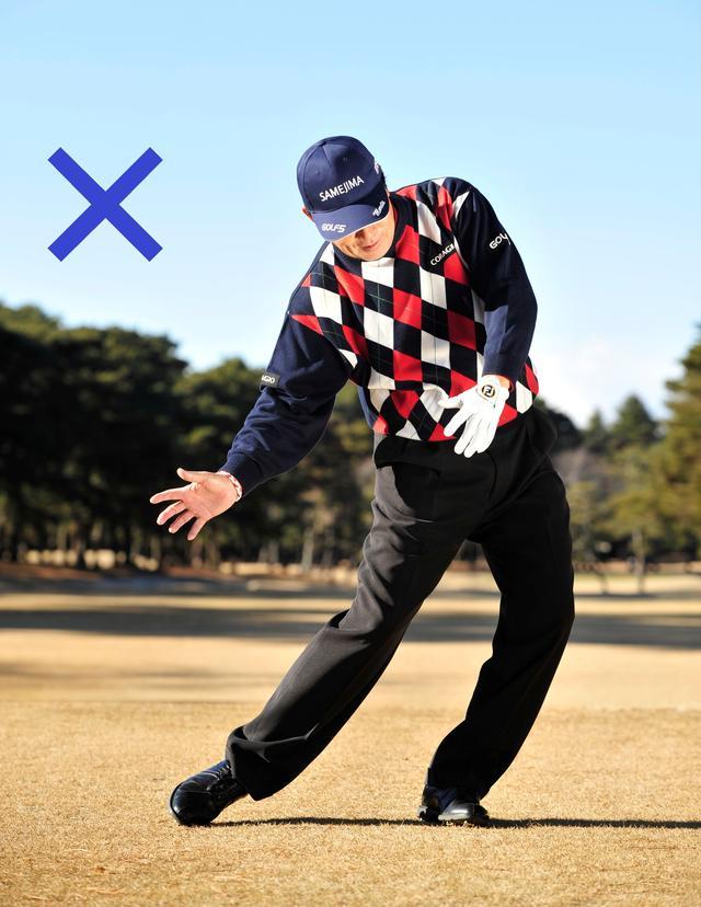 画像: 右足を強く蹴り上げると、左へスウェイしてしまう危険もある