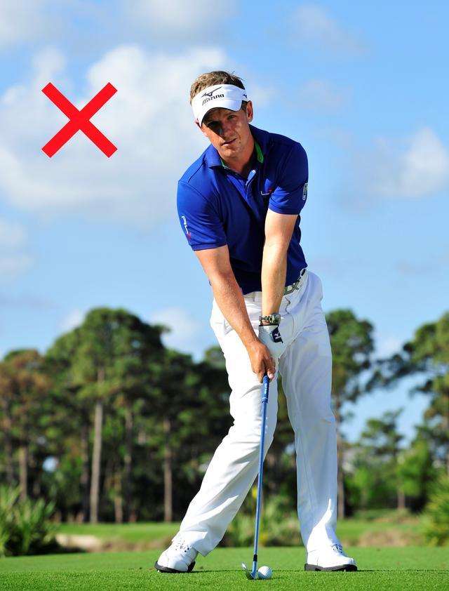 画像: 下半身を動かしすぎると、右肩が下がったインパクトになる