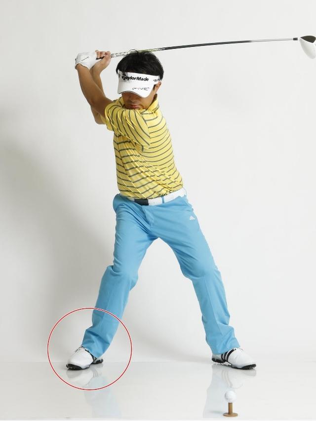 画像: クラブが上がり切る寸前に右足をクッと「倒す」のが飛ばしのコツ