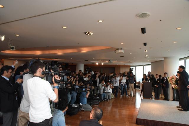 画像: 報道陣の数が、注目度の高さを物語っていた