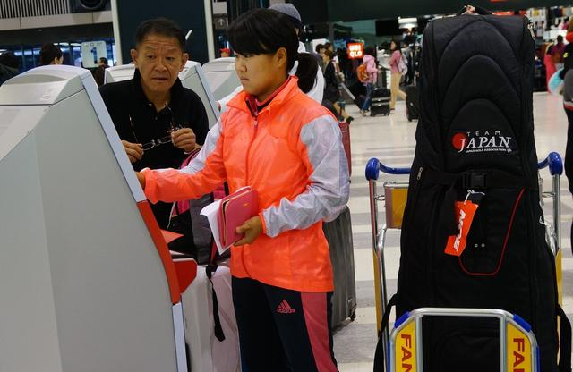 画像: 航空会社の端末を操作する奈紗。隣は父・仁一さん