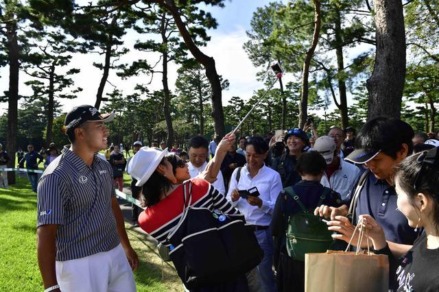 画像: 松山英樹もファンサービスたっぷり。自撮り棒あると便利ですよ~(笑)