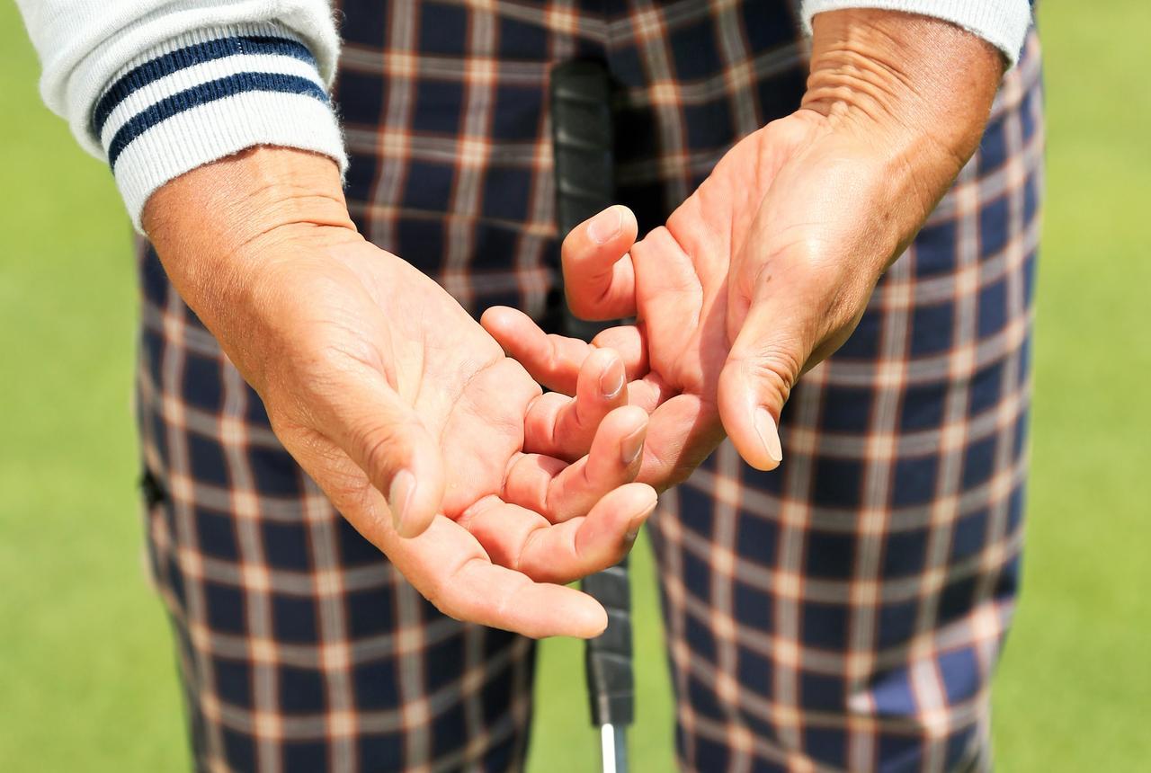 画像: 距離感を出したければクラブは「裏」から握りなさい【パット名人・真板潔がやっていること】 - みんなのゴルフダイジェスト