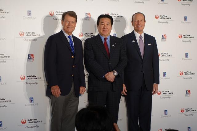 画像: トム・ワトソン(左)、日本航空の植木義晴代表取締役(中)、PGAツアーチャンピオンズプレジデントのグレゴリー・マクローリン氏