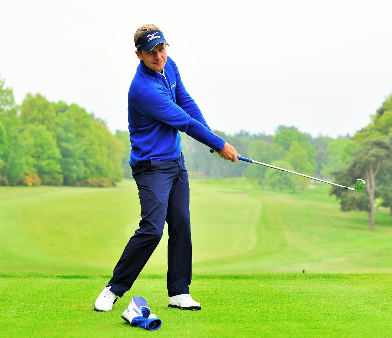 画像: 球の前にものを置いて、それに当たらないように左サイドへ振る