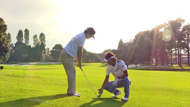画像: つま先下がりのショットはひざを深く曲げてハンドダウン「キムトモのわかりました」 www.youtube.com