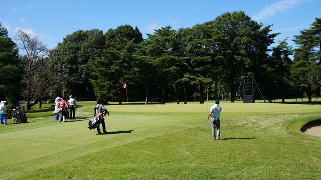 画像: 練習ラウンドで寄せやすい場所を確認する堀川未来夢
