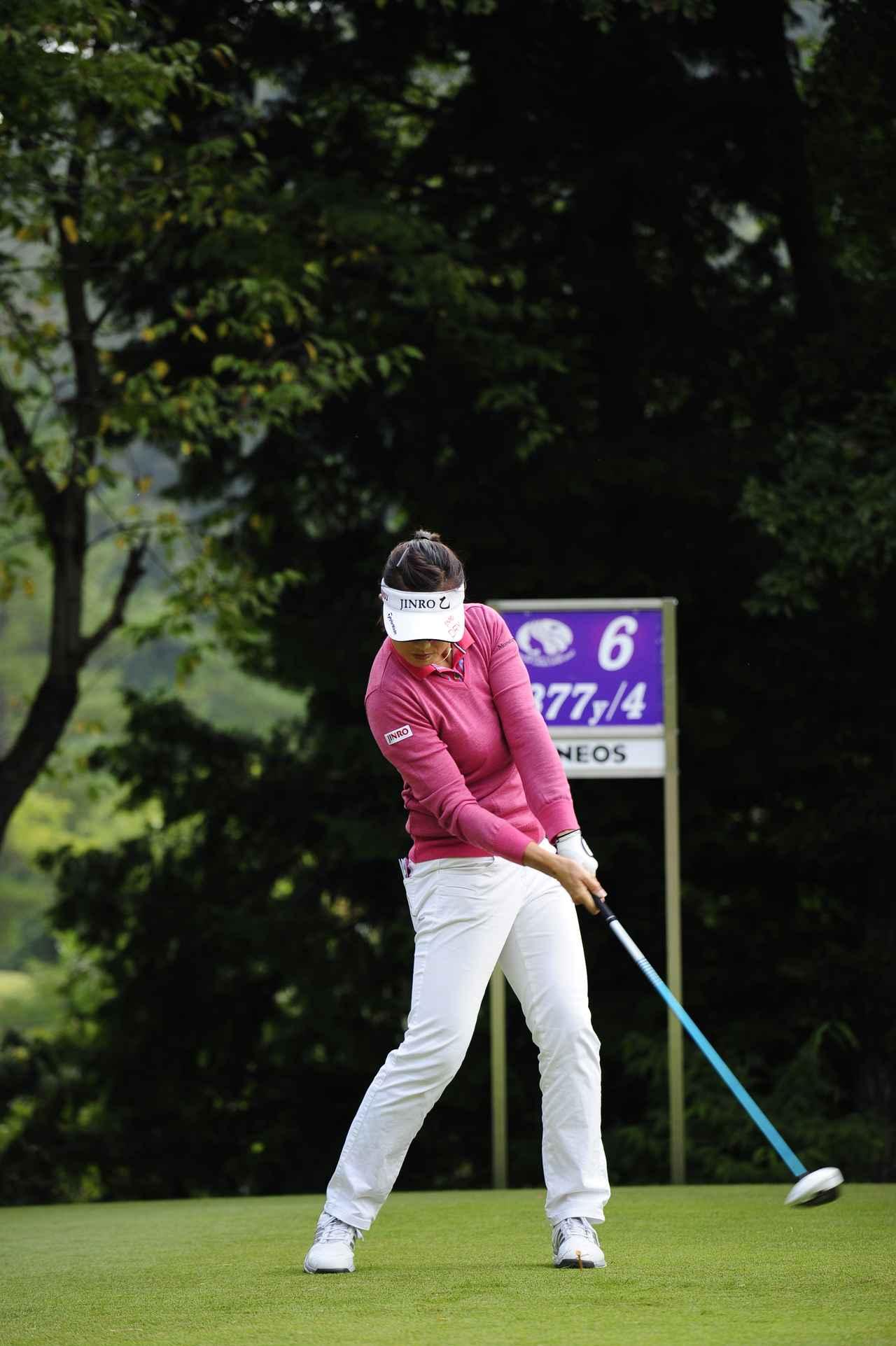 画像: フェースの向きを変えずにボールを運ぶように打つインパクト