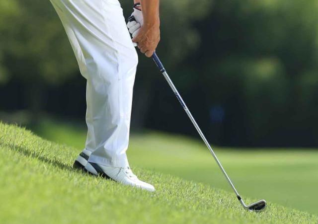 画像: つま先下がりのキーワード。「お尻の位置」と「つま先体重」 - みんなのゴルフダイジェスト