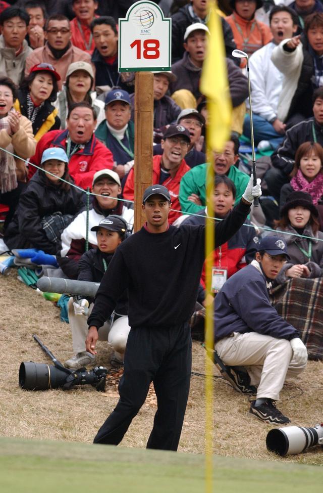 画像: 2001年、太平洋C御殿場を舞台とした3度目の日本開催は、タイガー・ウッズのこのチップインのシーンとともに、今でも語り草となっている
