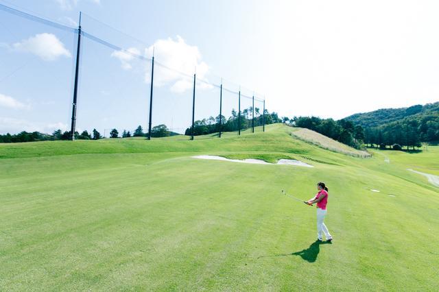 画像: 芝の上から練習できるアプローチエリア