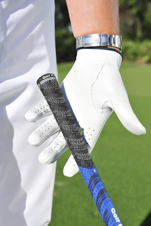 画像: ルークが薦めるのはフィンガーグリップ。指のつけ根で握ることで、クラブを立てやすく、球を上から叩くことができる