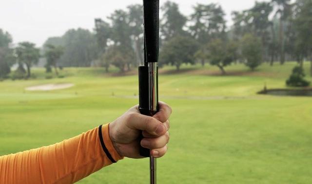 画像: クラブと傘を合わせて一緒に持てる