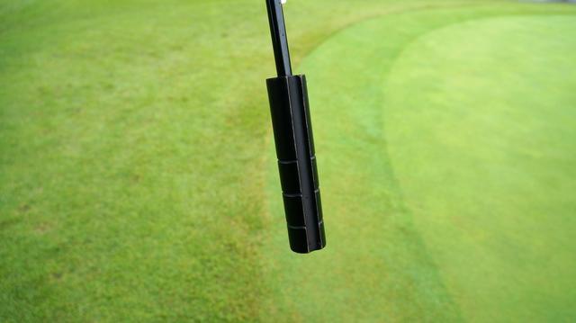 画像: ゴルフ場の傘には取っ手に溝が刻まれている