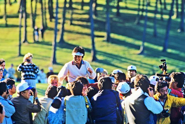 画像: 87年「マツダクラシック」 賞金王を確定させて、記者たちから胴上げされた