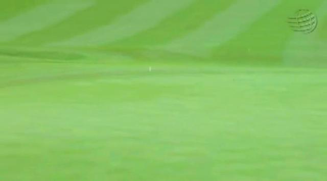 画像3: ラフから鋭く振り抜くと、ボールはピンへ一直線