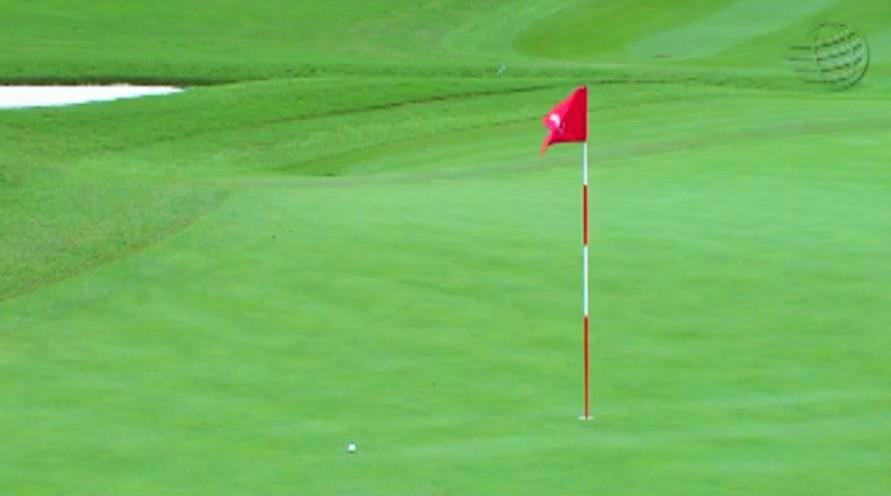 画像5: ラフから鋭く振り抜くと、ボールはピンへ一直線