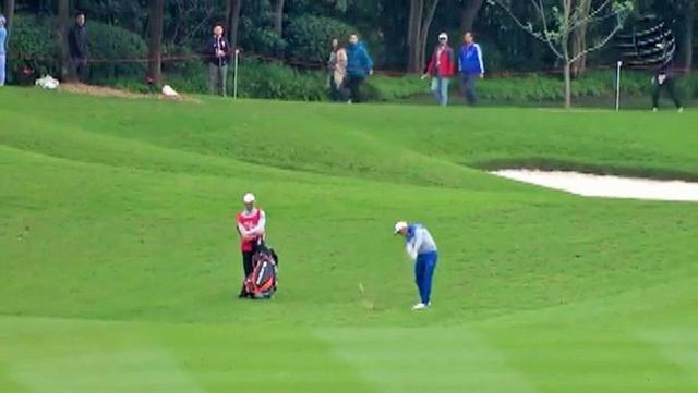 画像2: ラフから鋭く振り抜くと、ボールはピンへ一直線