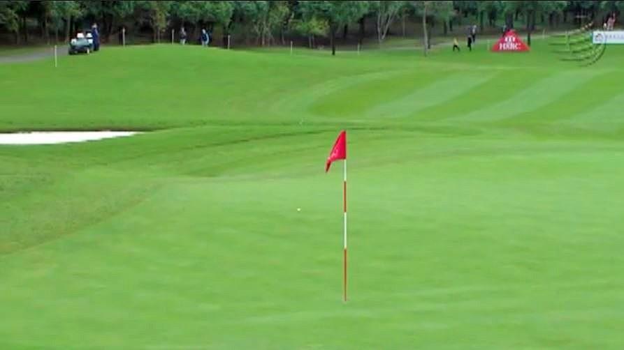画像4: ラフから鋭く振り抜くと、ボールはピンへ一直線