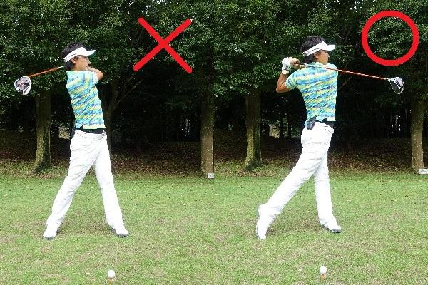 画像: 重心が右足に残ったままだとフォローも小さくなって方向性が安定しないので(写真左)、左足に重心が移動したフィニッシュを意識すればバランスよく立てるようになる(写真右)