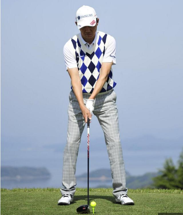 画像: 田村プロのアドレス。体の中心にセットされたボールより。さらり後ろに手元がある「ハンドレート」アドレスが特徴的
