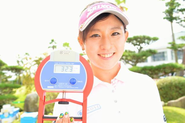 画像: ちなみに香妻琴乃の握力測定は、右32.3キロ 左26キロでした。