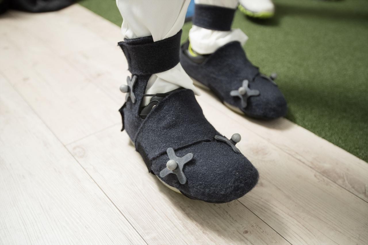 画像: 足首や足先にもセンサーを装着する